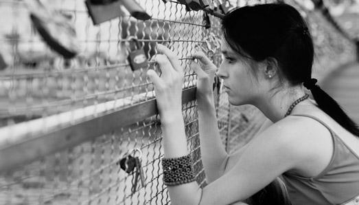 inpage-girl-fence1[1]
